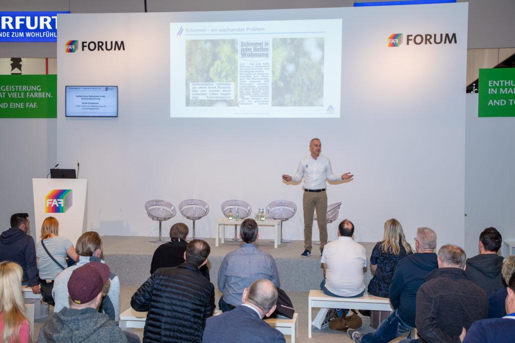 Institutsleiter Arndt Christmann auf der FAF in Köln zum Thema Schimmelsanierung.